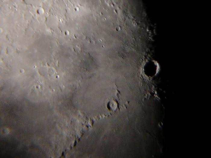 Een maankrater op het scheidingsvlak van dag en nacht.