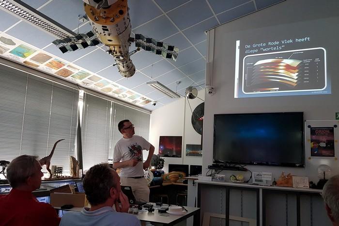 Ik houd een presentatie op het Orion observatorium in Bovenkarspel in mei 2018. (photo: Gerard Smit)
