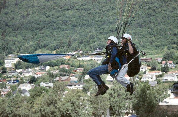 Michiel stijgt op voor het paragliding.